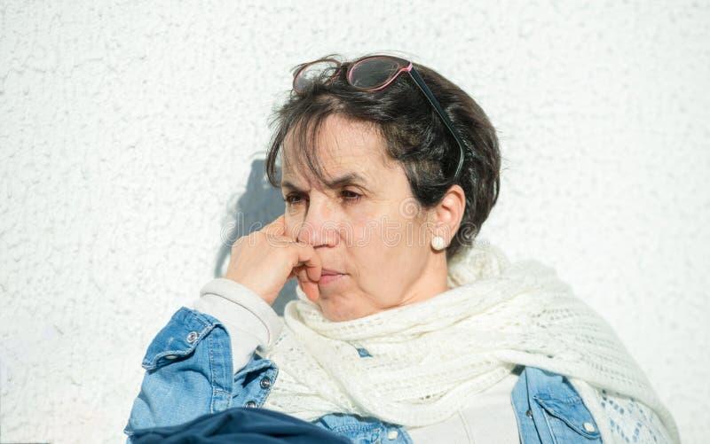 Portrait du soleil d'une cinquantaine d'années de femme au printemps image stock