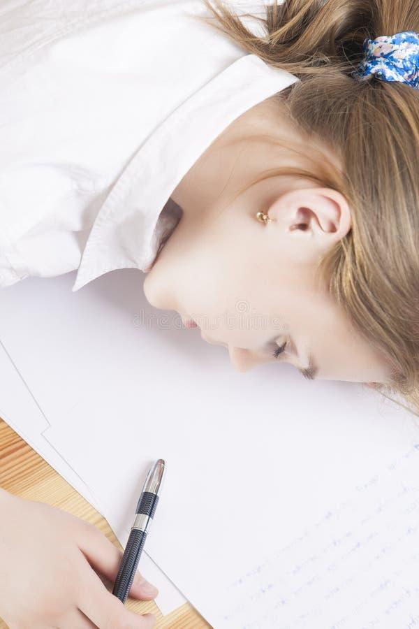 Portrait du sommeil caucasien d'adolescent photographie stock