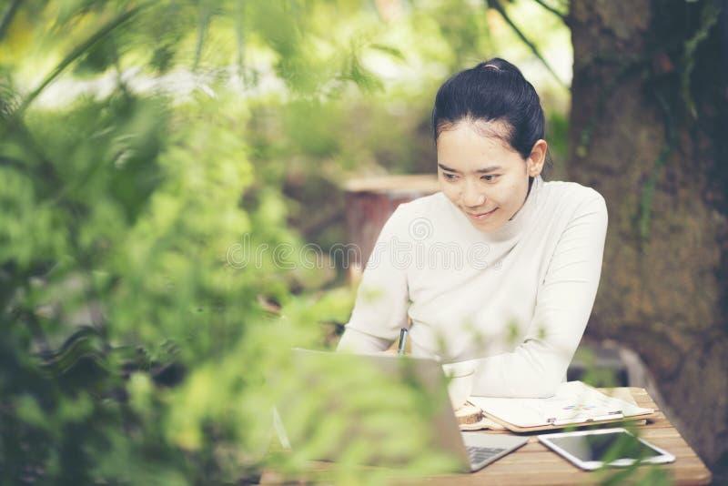 Portrait du sourire de femme d'affaires extérieur photos stock