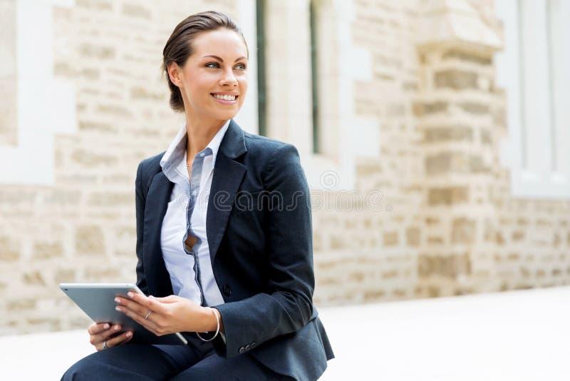 Portrait du sourire de femme d'affaires extérieur photographie stock