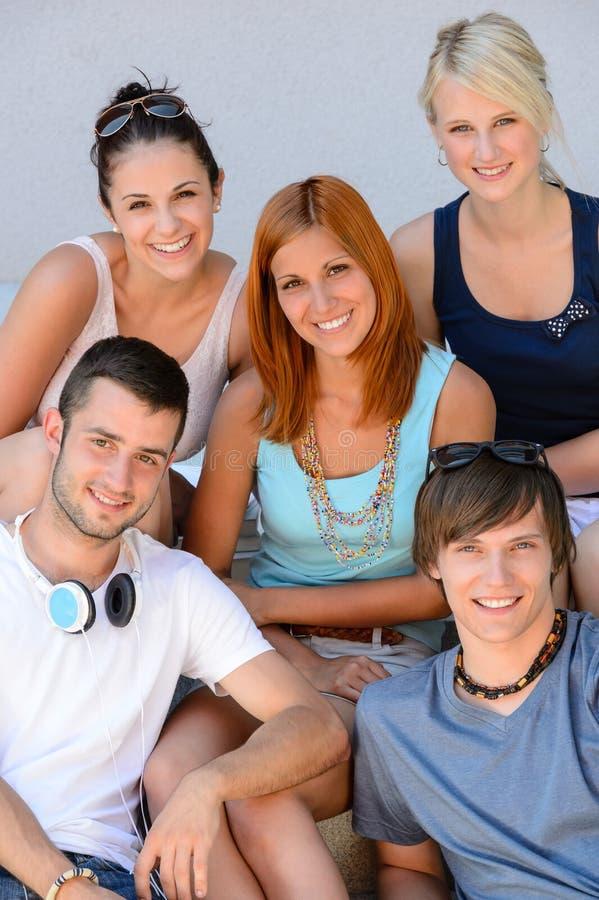 Portrait du sourire de groupe d'amis d'étudiant universitaire photographie stock libre de droits