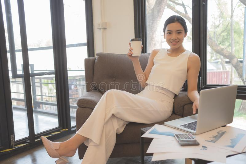 Portrait du sourire femme assez jeune d'affaires sur le lieu de travail, photos stock
