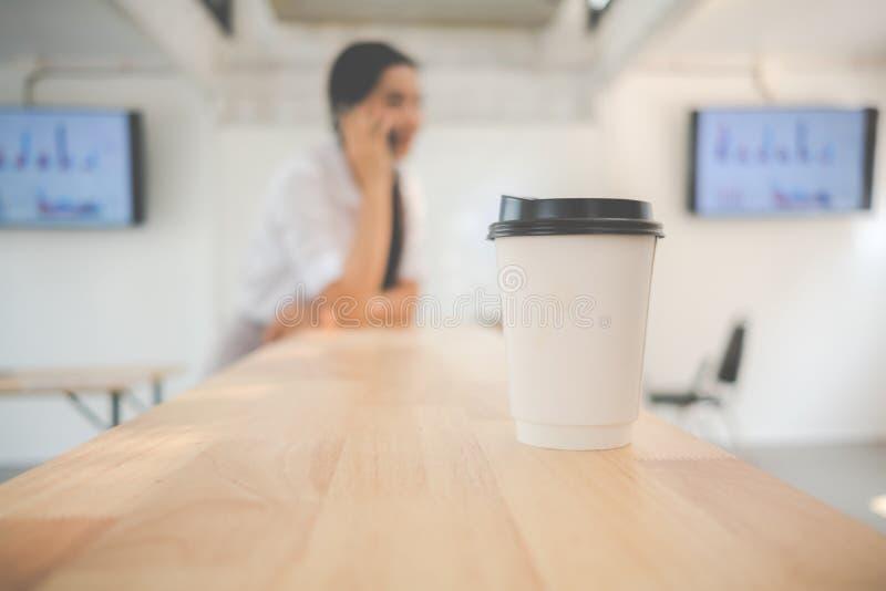 Portrait du sourire femme assez jeune d'affaires sur le lieu de travail, photographie stock libre de droits
