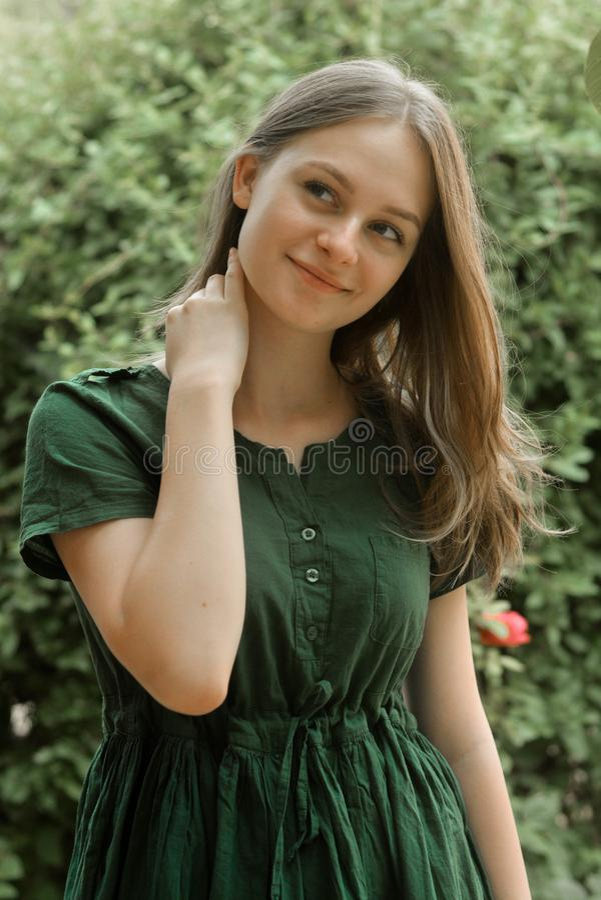 Portrait du sourire heureux de jeune fille Cheveux blonds, fille de l'adolescence naturelle et belle d'âge Portrait d'?t? image libre de droits