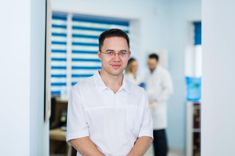 Portrait du sourire masculin amical de docteur photo libre de droits