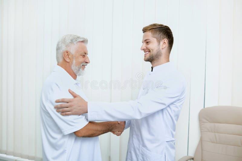 Portrait du spécialiste deux de sourire se serrant la main photo libre de droits