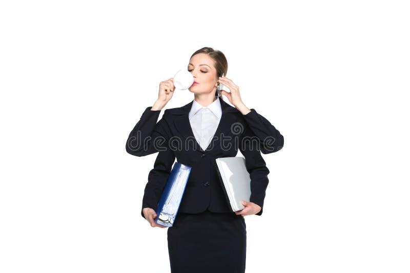 Portrait du téléphone de sourire de femme d'affaires parlant sur le fond blanc photo stock
