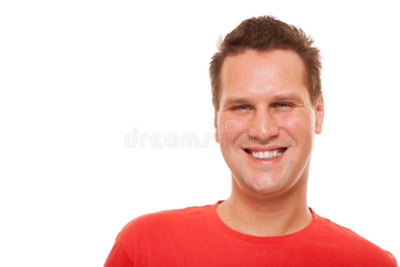 Portrait du T-shirt rouge de jeune homme beau d'isolement images stock
