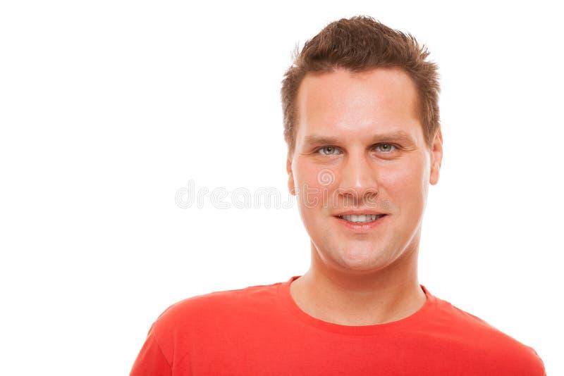 Portrait du T-shirt rouge de jeune homme beau d'isolement photographie stock libre de droits