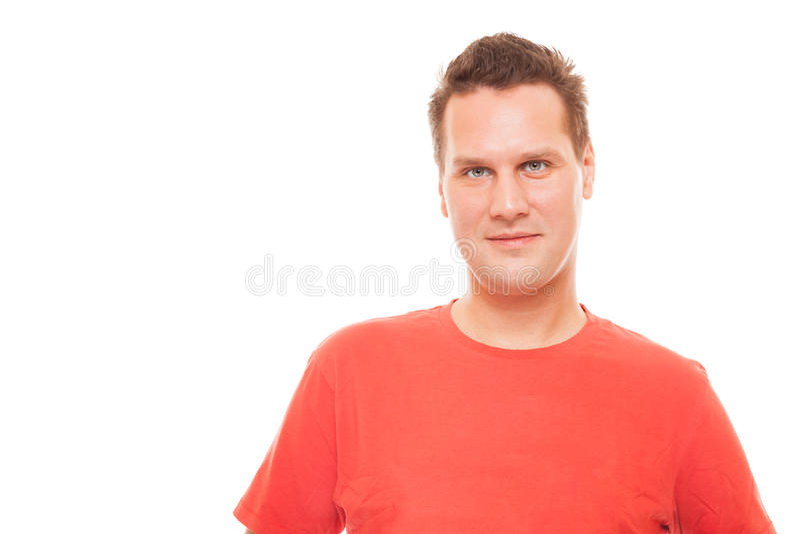 Portrait du T-shirt rouge de jeune homme d'isolement photographie stock
