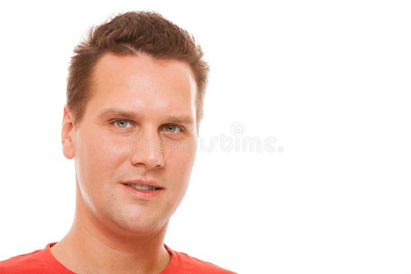 Portrait du T-shirt rouge de jeune homme d'isolement image libre de droits
