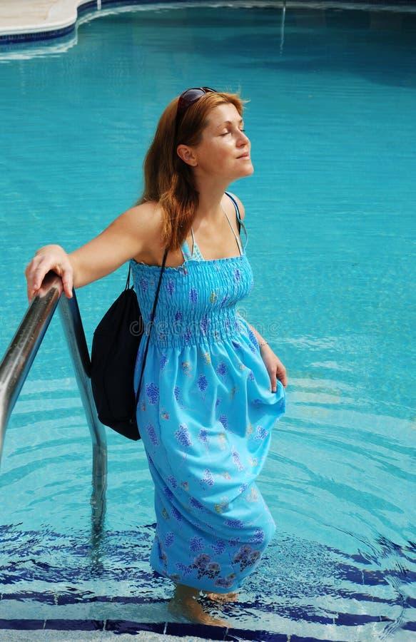 Portrait durch das Pool stockbild