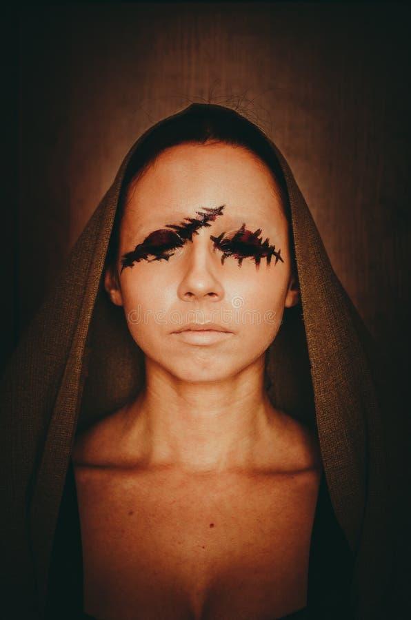 Portrait effrayant d'une jeune femme sans yeux sur le fond foncé images stock