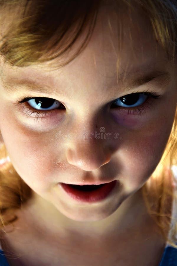 Portrait effrayant de visage de petite fille images stock