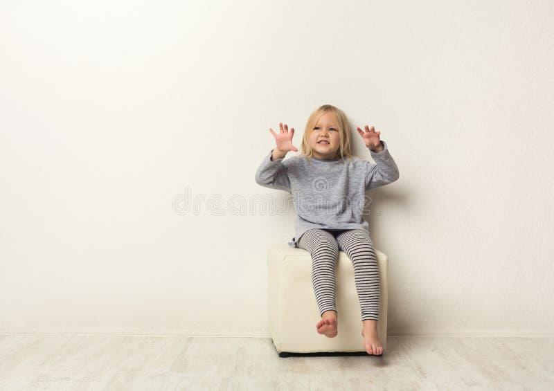 Portrait effrayant heureux mignon de petite fille dans le studio photo stock