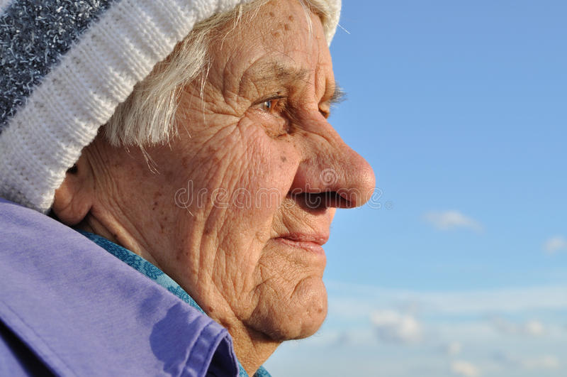 Portrait einer älteren Frau stockfotografie