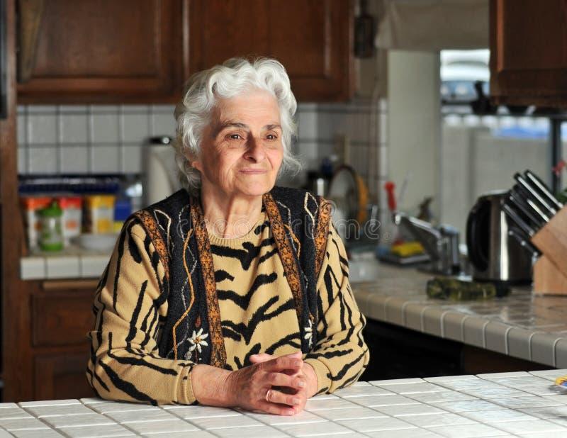 Download Portrait Einer älteren Frau Stockfoto - Bild von küche, hände: 9097824