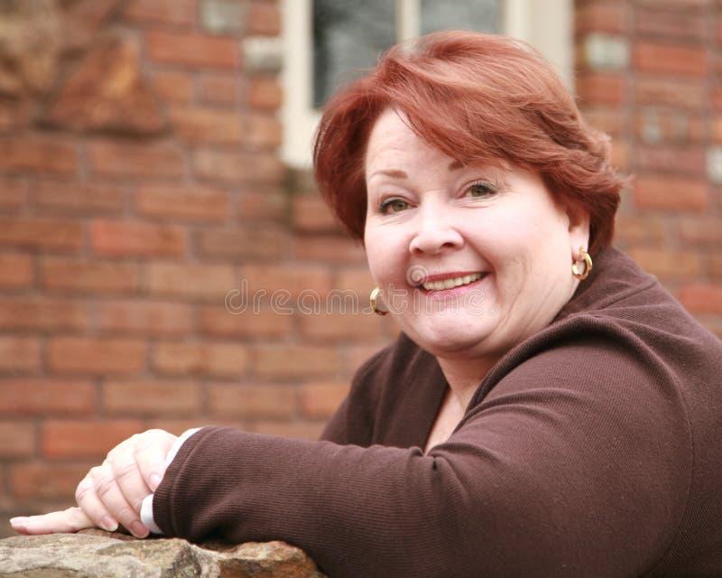 Portrait einer älteren Frau im Tageslicht lizenzfreies stockbild