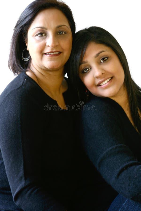 Portrait einer asiatischen Mutter und ihrer schönen Tochter stockfotos