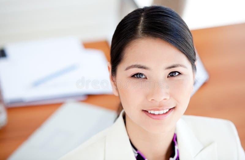 Portrait einer attraktiven Geschäftsfrau lizenzfreie stockbilder
