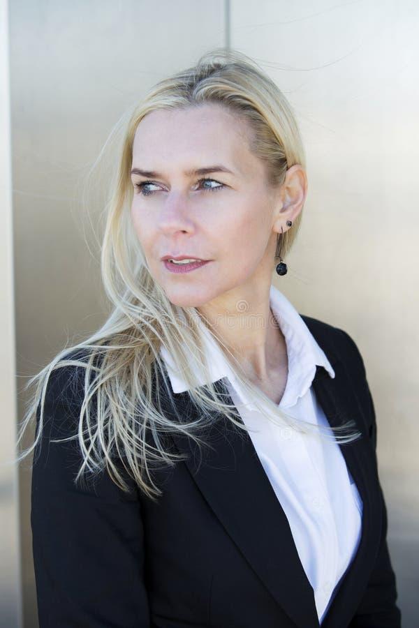 Portrait einer blonden Frau lizenzfreie stockfotos