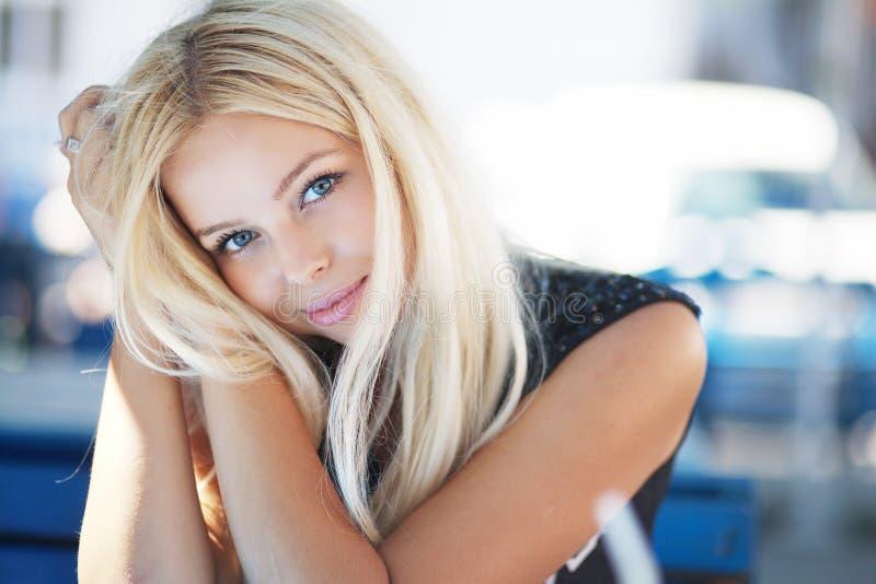 Portrait einer blonden schönen jungen Frau im Kaffee lizenzfreie stockbilder