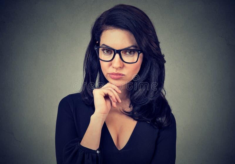 Portrait einer ernsten jungen Frau stockfoto