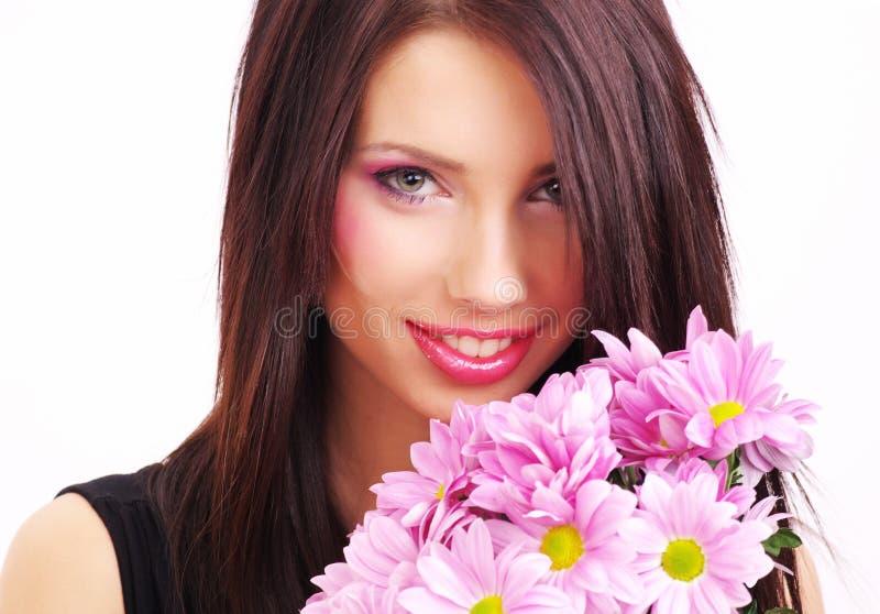 Portrait einer Frau mit Blumen stockfotos