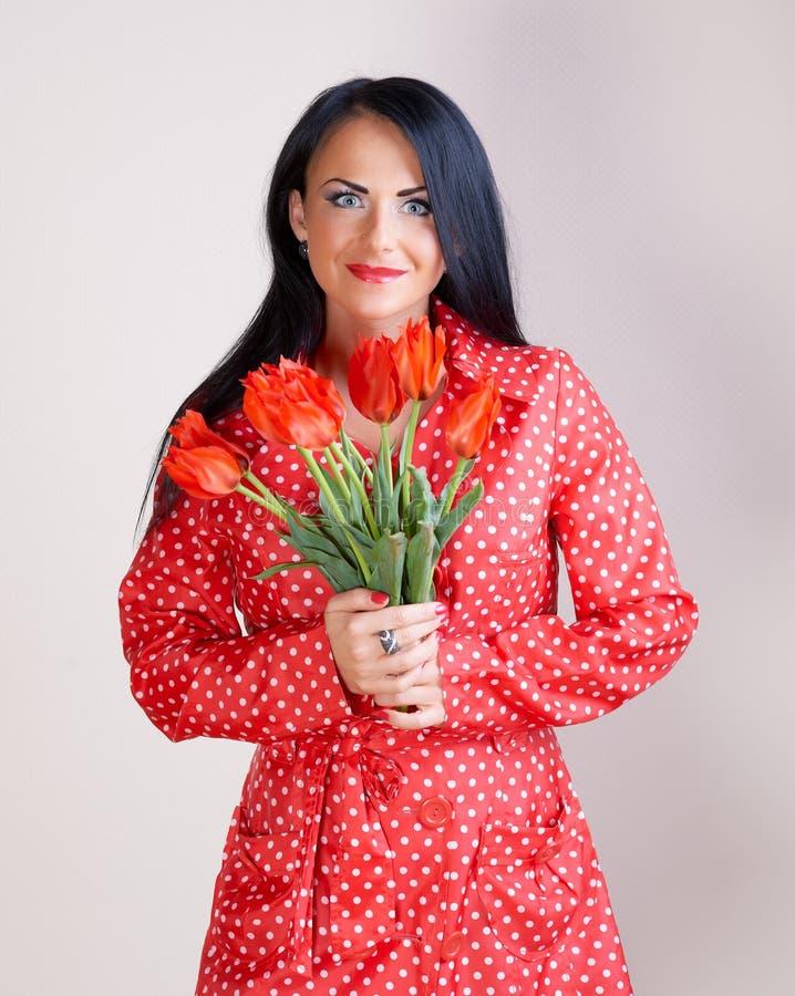 Portrait einer Frau mit roten Blumen stockfoto