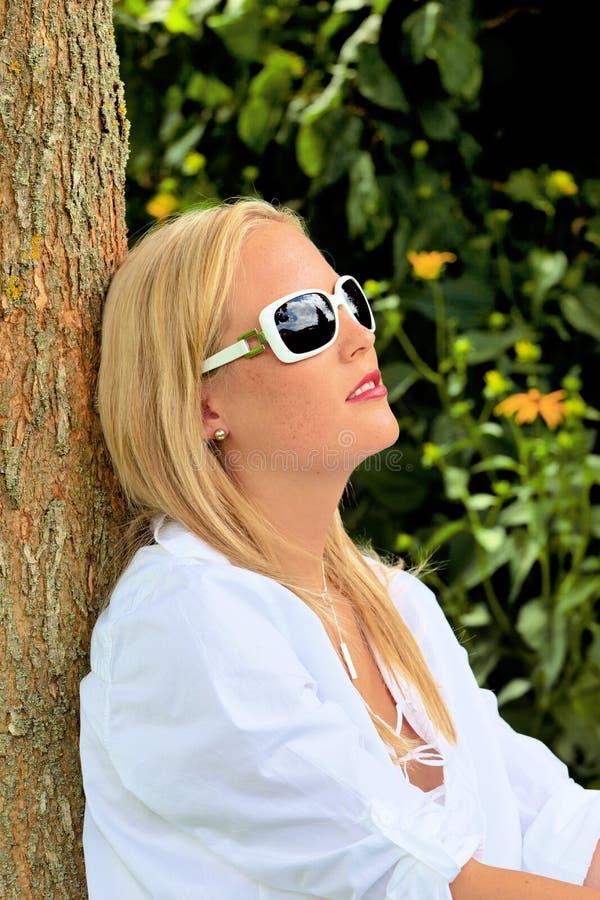 Portrait einer Frau mit Sonnenbrillen lizenzfreies stockbild