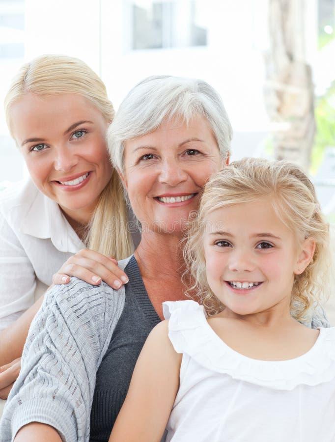 Portrait einer frohen Familie, welche die Kamera betrachtet stockfotos