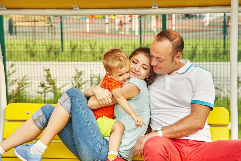 Portrait einer glücklichen Familie Mutter, Vati und Kind stockbild