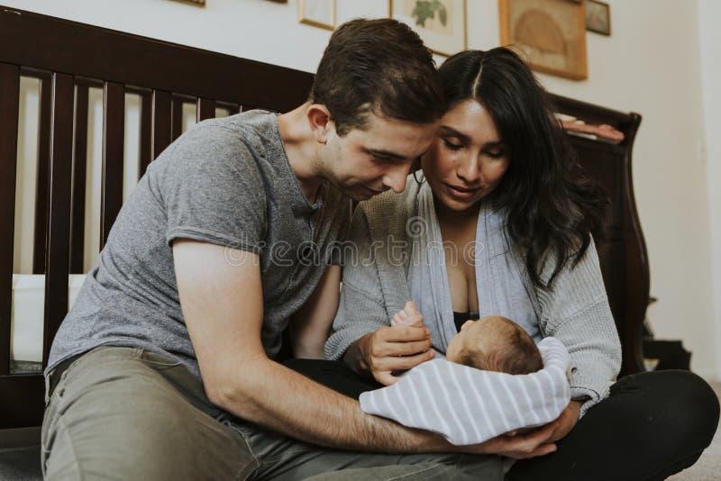 Portrait einer glücklichen jungen Familie lizenzfreie stockfotografie
