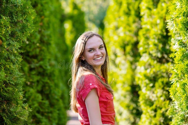 Portrait einer glücklichen jungen Frau lizenzfreies stockbild