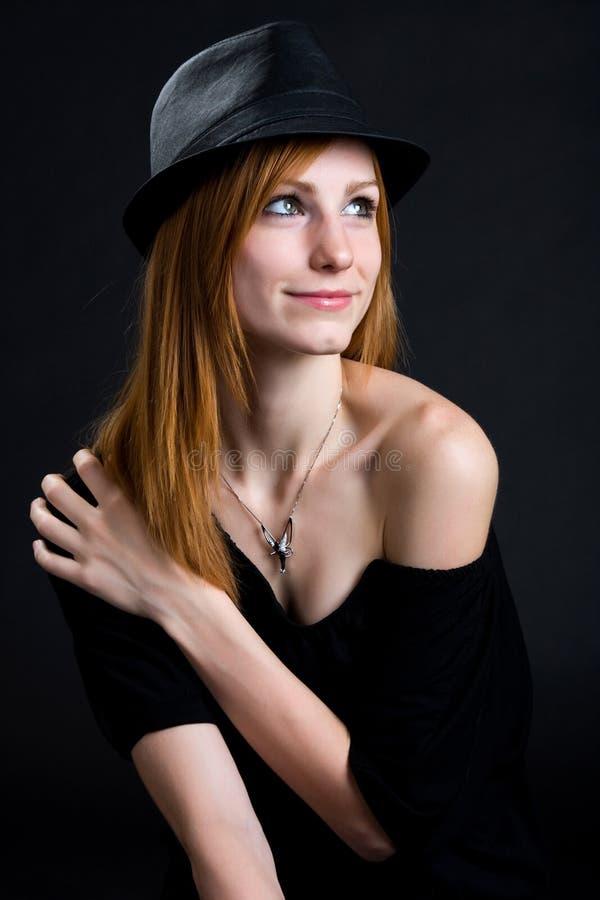Portrait einer Hut tragenden Redheadfrau stockfotografie