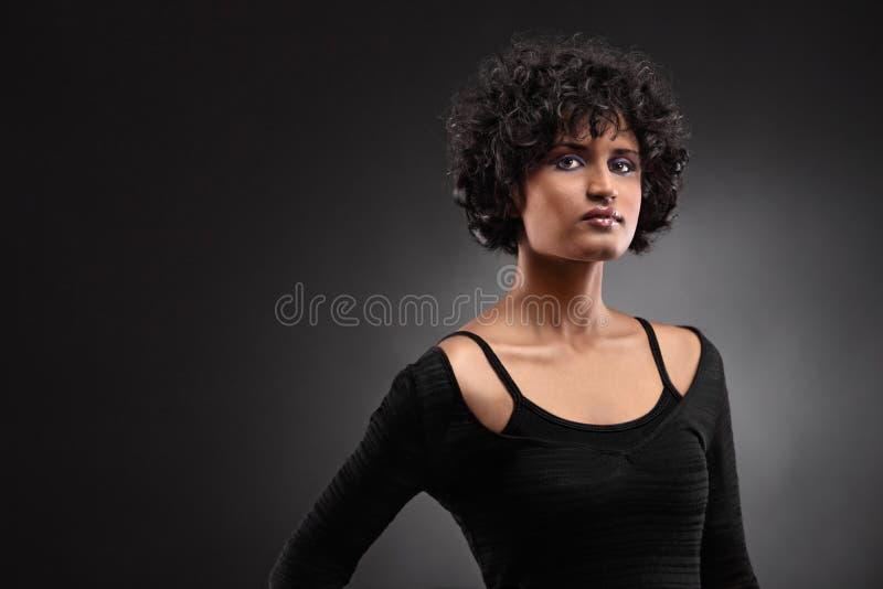Portrait einer indischen Frauenaufstellung stockfotos