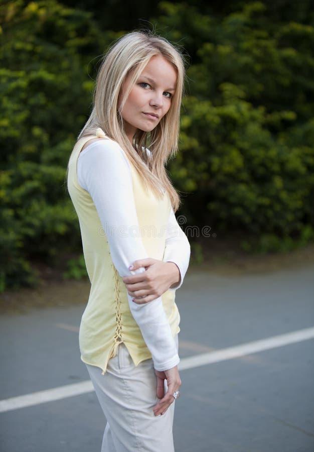 Portrait einer jungen blonden Frau stockfoto