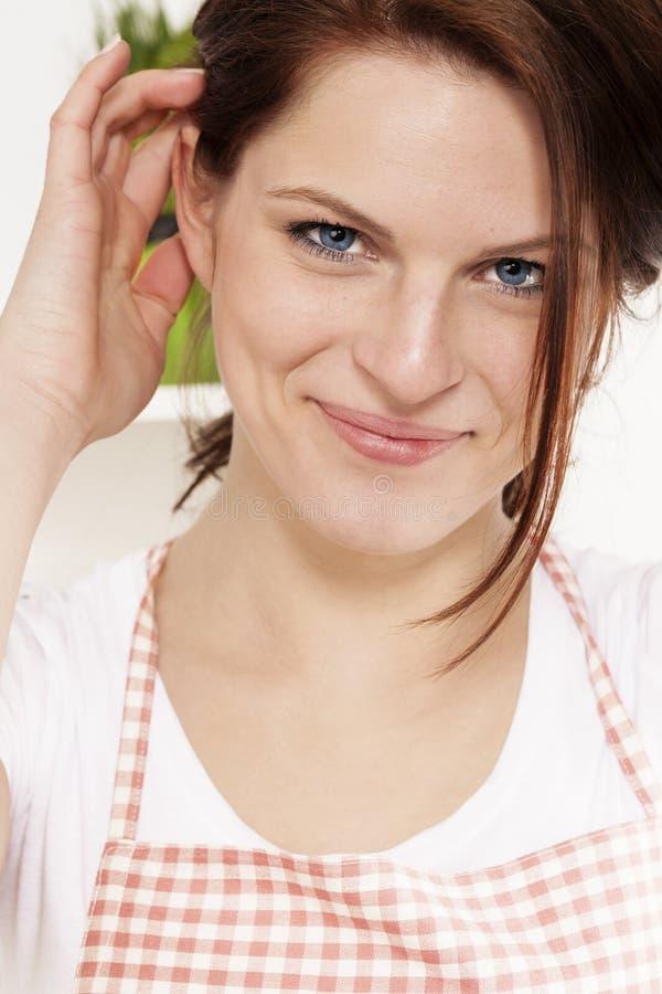 Portrait einer jungen Frau in der Küche lizenzfreie stockfotografie