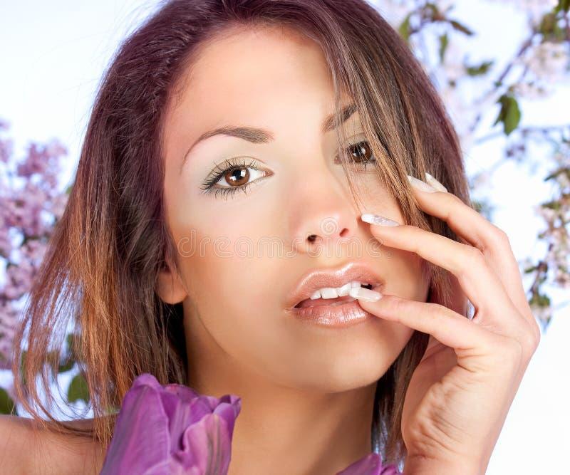 Portrait einer jungen Frau der Schönheit lizenzfreies stockbild