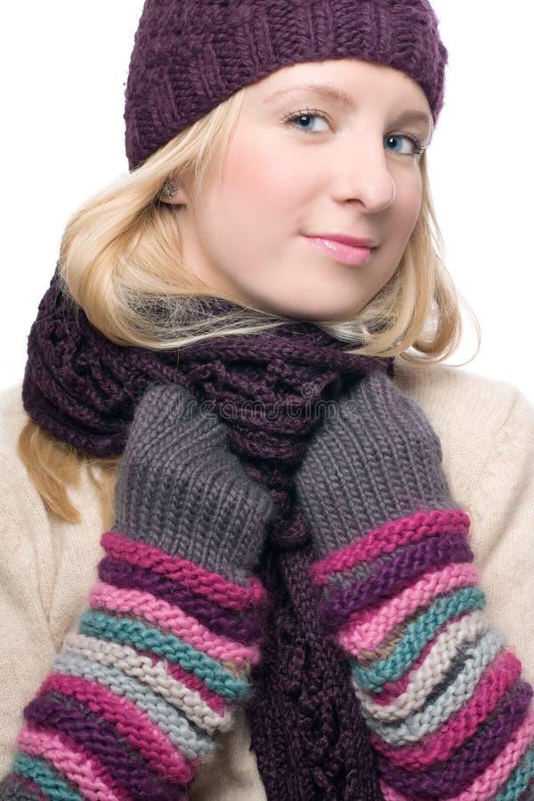 Portrait einer jungen Frau der Schönheit in einem warmen Hut und lizenzfreies stockfoto