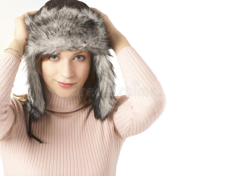 Portrait einer jungen Frau in einem Winterhut stockfoto