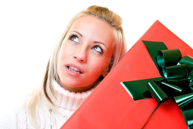 Portrait einer jungen Frau mit Geschenk stockbild