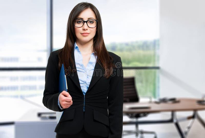Portrait einer jungen Geschäftsfrau lizenzfreies stockfoto