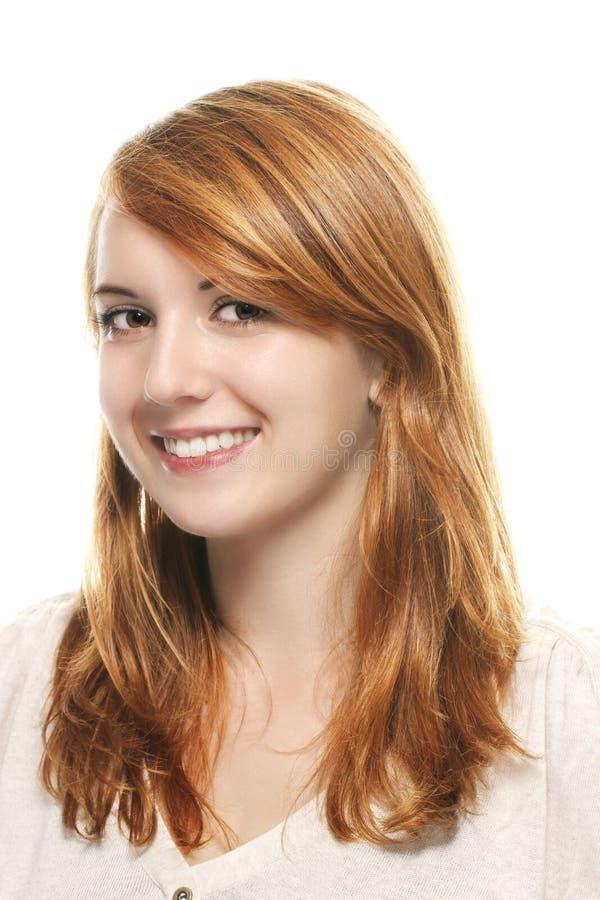 Portrait einer jungen lächelnden Redheadfrau lizenzfreies stockfoto