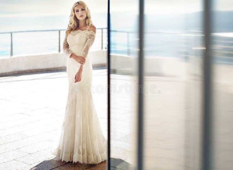 Portrait einer jungen schönen Braut stockbilder