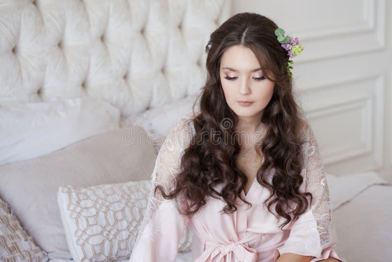 Portrait einer jungen sch?nen Brunettefrau Der Morgen der Braut, VorHochzeitsvorbereitungen lizenzfreie stockfotos