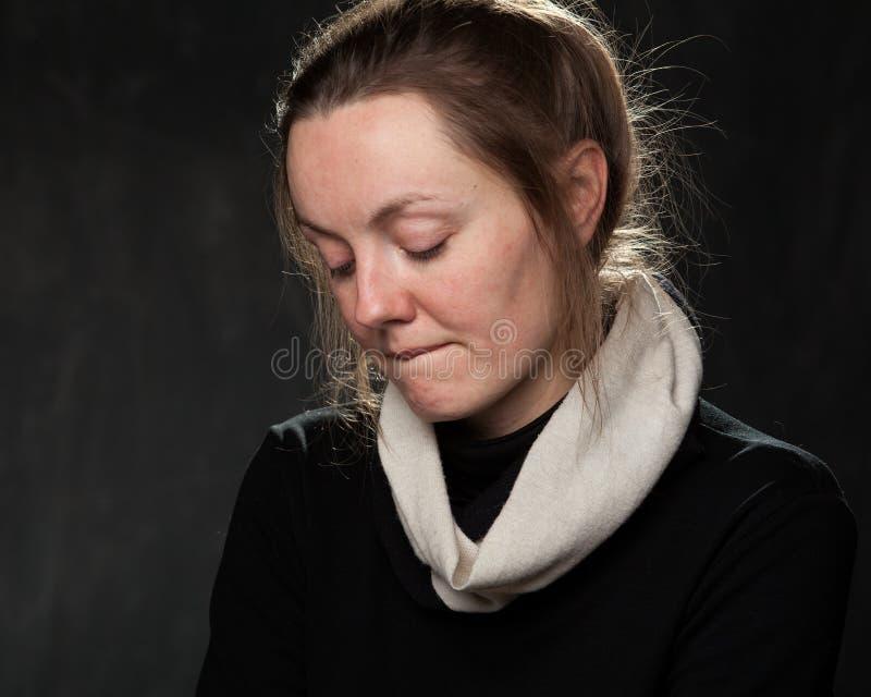 Portrait einer jungen traurigen Frau lizenzfreie stockfotografie