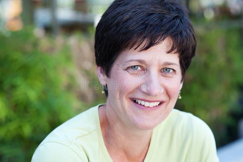 Portrait einer lächelnden fälligen Frau stockfotos