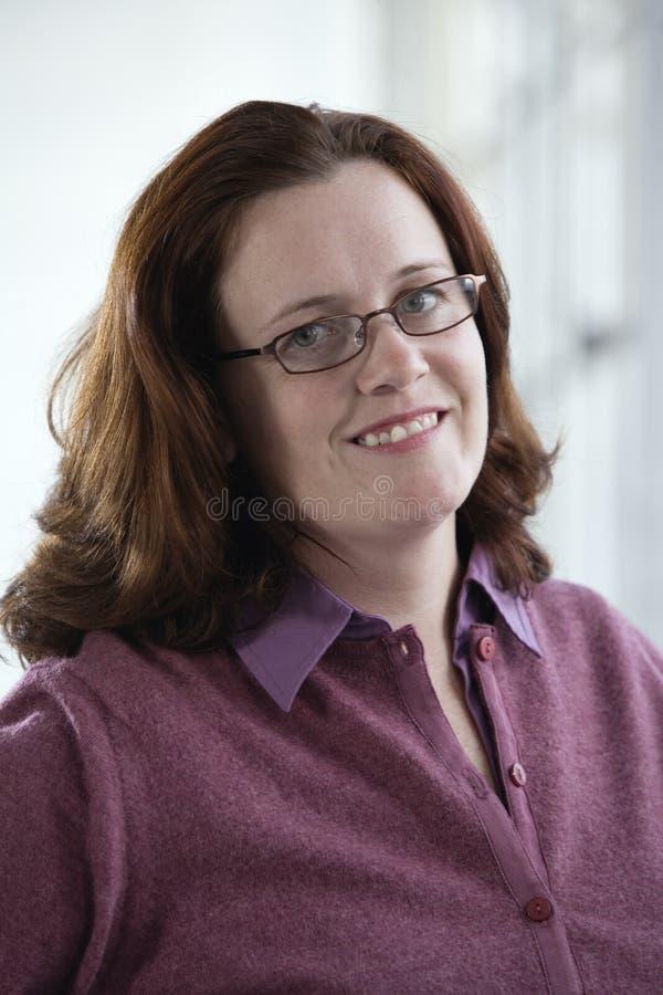 Portrait einer lächelnden Frau. stockbild