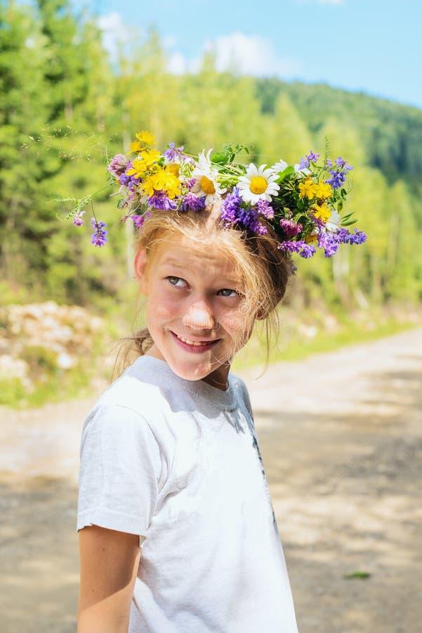 Portrait einer lächelnden Jugendlichen lizenzfreie stockbilder